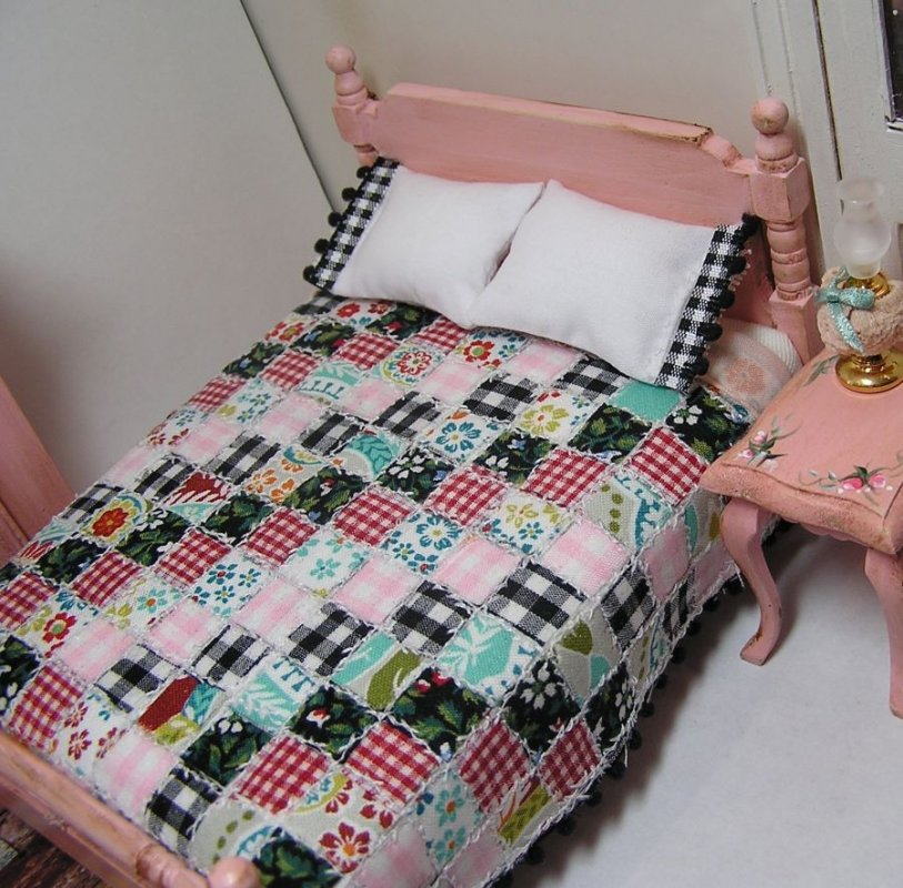 Bed Double painted Pink with Quilt - Click Image to Close
